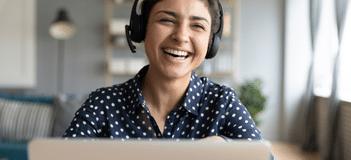 Mulher com fone no ouvido rindo