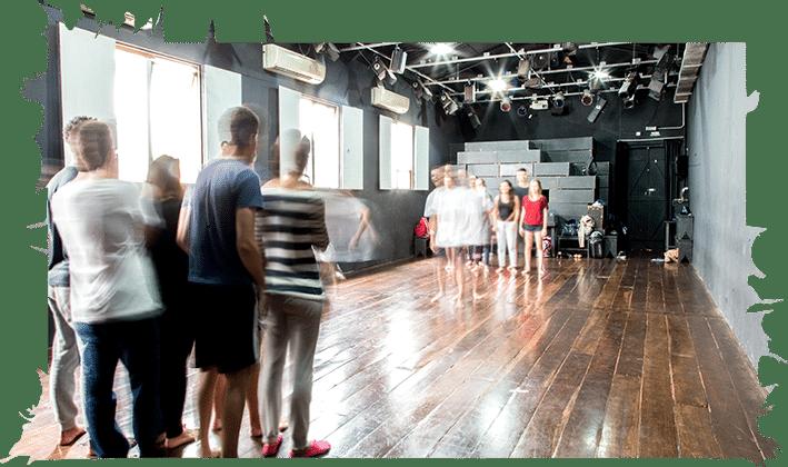 Pessoas em um teatro praticando uma peça